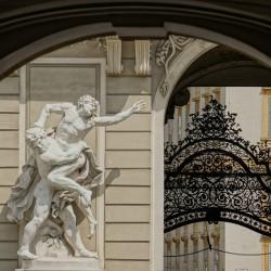 Поглед през портата на двореца Хофбург във Виена
